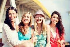 Muchachas con las bebidas en la playa Foto de archivo