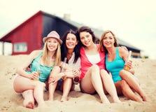 Muchachas con las bebidas en la playa Imagen de archivo libre de regalías