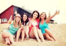 Muchachas con las bebidas en la playa Fotografía de archivo libre de regalías