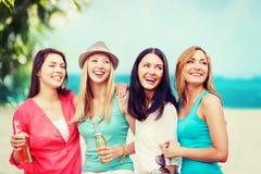 Muchachas con las bebidas en la playa Imagenes de archivo