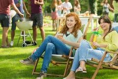 Muchachas con las bebidas que disfrutan de verano foto de archivo libre de regalías