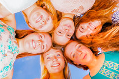 Muchachas con las cabezas junto que parecen abajo Fotografía de archivo libre de regalías