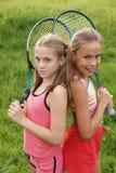 Muchachas con las raquetas de tenis Fotografía de archivo libre de regalías
