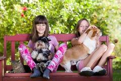 Muchachas con los animales domésticos Foto de archivo