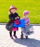 Muchachas con los bolsos de compras Fotografía de archivo libre de regalías