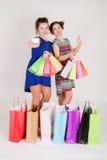Muchachas con los bolsos de compras Imagen de archivo libre de regalías