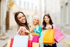 Muchachas con los bolsos de compras en ctiy Foto de archivo