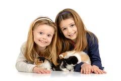 Muchachas con los gatitos Fotos de archivo