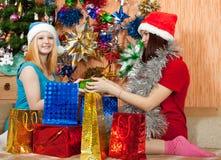 Muchachas con los regalos de la Navidad Imagenes de archivo