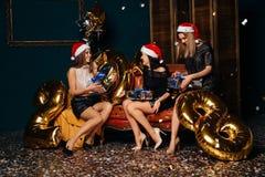 Muchachas con los regalos de la Navidad en manos Imagenes de archivo