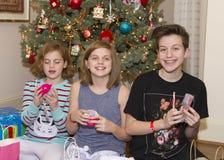 Muchachas con los regalos en la Navidad Fotografía de archivo