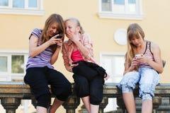 Muchachas con teléfonos móviles Fotos de archivo libres de regalías