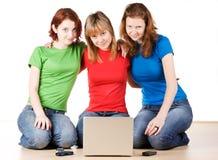 Muchachas con una computadora portátil Imagenes de archivo