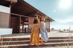Muchachas de Boho que caminan en la playa Fotografía de archivo libre de regalías
