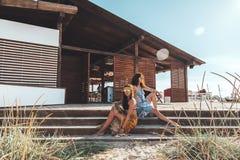 Muchachas de Boho que caminan en la playa Fotografía de archivo