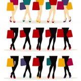 Muchachas de compras o piernas femeninas con los zapatos coloridos Fotos de archivo