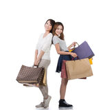 Muchachas de compras sonrientes felices Imagen de archivo libre de regalías