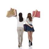 Muchachas de compras sonrientes felices Fotografía de archivo libre de regalías