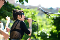 Muchachas de Dum Dum (banda de rock de Los Ángeles) en concierto en el sonido 2014 de Heineken Primavera Fotografía de archivo