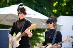 Muchachas de Dum Dum (banda de rock formada por las mujeres) en un concierto al aire libre en el sonido 2014 de Heineken Primaver Fotografía de archivo