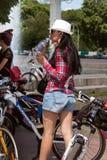 Muchachas de la acción de la bicicleta en tela escocesa en Járkov Fotografía de archivo libre de regalías