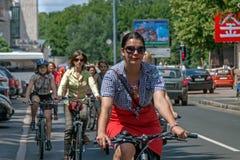 Muchachas de la acción de la bicicleta en tela escocesa en Járkov Fotos de archivo libres de regalías