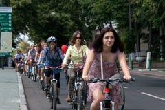 Muchachas de la acción de la bicicleta en tela escocesa en Járkov Foto de archivo