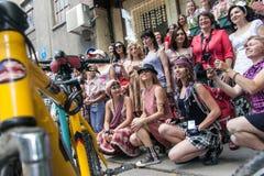 Muchachas de la acción de la bicicleta en tela escocesa en Járkov Foto de archivo libre de regalías