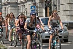 Muchachas de la acción de la bicicleta en tela escocesa en Járkov Imagen de archivo libre de regalías