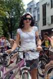 Muchachas de la acción de la bicicleta en tela escocesa en Járkov Fotos de archivo