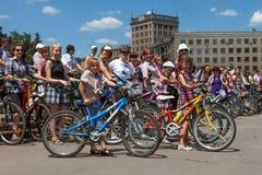 Muchachas de la acción de la bicicleta en tela escocesa en Járkov Imagenes de archivo