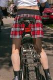 Muchachas de la acción de la bicicleta en tela escocesa en Járkov Fotografía de archivo