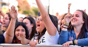 Muchachas de la audiencia delante de la etapa, animando en sus ídolos en el festival del estallido de Primavera de Badalona Foto de archivo