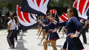 Muchachas de la banda de marzo con las banderas Fotos de archivo libres de regalías