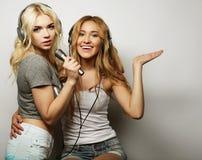 Muchachas de la belleza con un micrófono que cantan y que bailan Imágenes de archivo libres de regalías