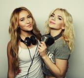 Muchachas de la belleza con un micrófono que cantan y que bailan Imagen de archivo libre de regalías
