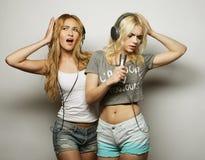 Muchachas de la belleza con un micrófono que cantan y que bailan Fotografía de archivo