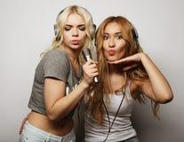Muchachas de la belleza con un micrófono que cantan y que bailan Fotos de archivo