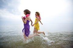 Muchachas de la belleza en la playa foto de archivo libre de regalías