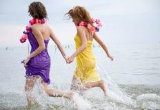 Muchachas de la belleza en la playa fotografía de archivo