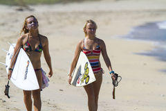 Muchachas de la persona que practica surf foto de archivo