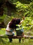 Muchachas de la remolque en bosque Foto de archivo libre de regalías