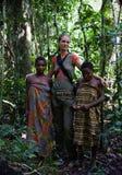 Muchachas de la tribu Baka con la mujer blanca. Fotos de archivo libres de regalías