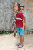Muchachas de Laos con el bebé en la parte posterior Fotos de archivo