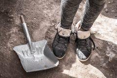 Muchachas de las piernas en zapatillas de deporte con la piel y la cucharada cerca fotos de archivo