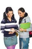Muchachas de los estudiantes que tienen conversación Imágenes de archivo libres de regalías