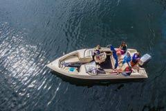 Muchachas de los muchachos de los adolescentes del Esquí-barco de la foto del aire Imagenes de archivo