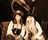Muchachas de los piratas que soplan una burbuja imagenes de archivo