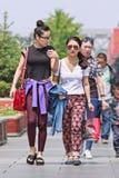 Muchachas de moda en el centro de ciudad de Pekín, China Fotos de archivo libres de regalías