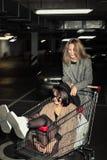 Muchachas de moda en estacionamiento imagenes de archivo